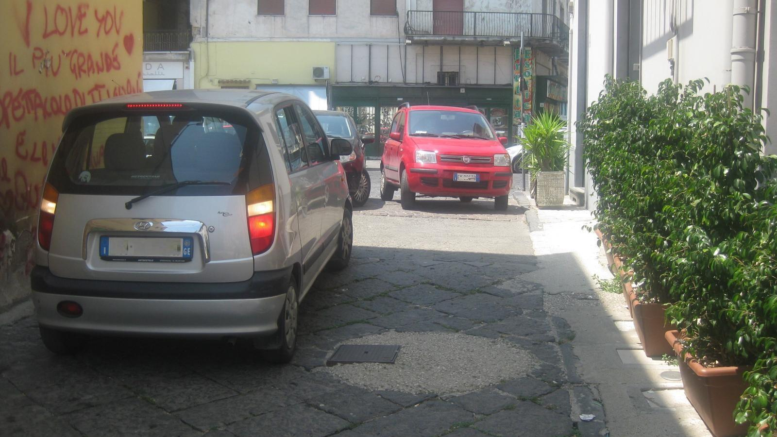 via durelli-auto in sosta